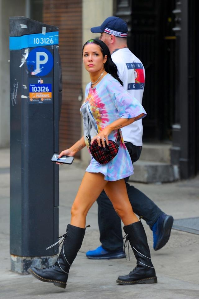 女星海爾希現身紐約街頭,她的身上有著特別的魅力_Halsey