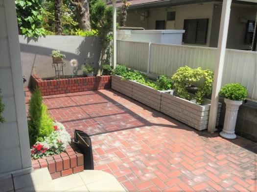 レンガ敷きの床のある庭