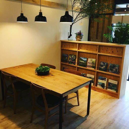 店内の木製の商談テーブル