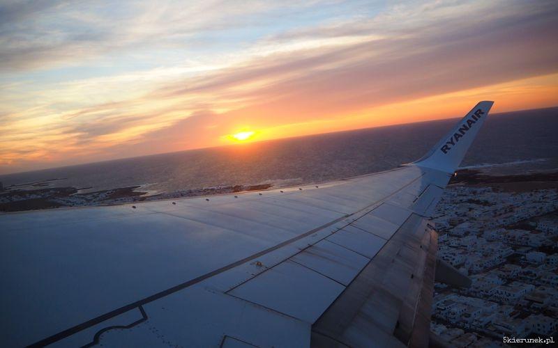 Pożegnalny wschód słońca widziany z pokładu samolotu.