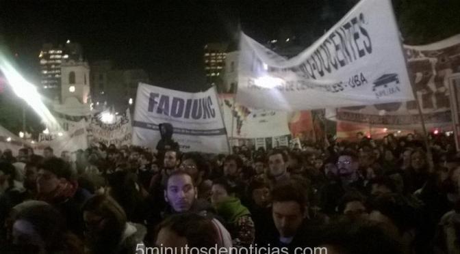 """Con la consigna """"la UBA vuelve a la calle"""", multitudinaria marcha de universitarios a la Plaza de Mayo"""