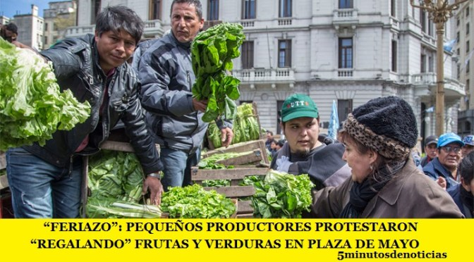 """""""FERIAZO"""": PEQUEÑOS PRODUCTORES PROTESTARON """"REGALANDO"""" FRUTAS Y VERDURAS EN PLAZA DE MAYO"""