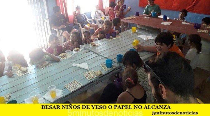 BESAR NIÑOS DE YESO O PAPEL NO ALCANZA
