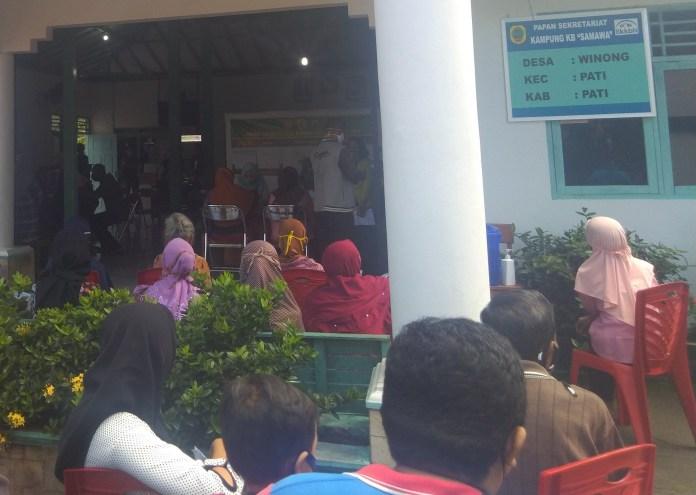 Pemdes Winong Pati Salurkan BLT COVID-19 Langsung ke Warga