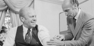 Presiden-Gerald-Ford-mengundang-media-saat-menjalani-vaksinasi-flu-babi