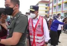 Intimidasi petugas terhadap kontributor Liputan6com Ajang Nurdin saat kunjungan kerja Menteri Perhubungan (Menhub) RI, Budi Karya Sumadi, di Rusun BP Batam di Tanjung Uncang, Batu Aji, Batam