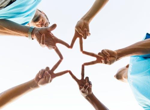 Star-finger making team photo_pexel