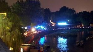 leuchtende Lichter um einen See
