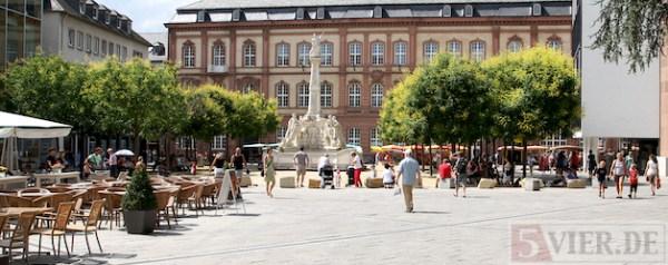 Trier Fussgaengerzone, Innenstadt, Kornmarkt, Fotografin: Anna Lena Bauer - 5VIER