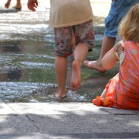 Trier Fussgaengerzone, Innenstadt, spielende Kinder Kornmarkt, Fotografin: Anna Lena Bauer - 5VIER
