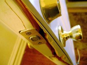 """http://www.flickr.com/photos/timsamoff/79357451/ Tim Samoff, CC BY-ND Einbruch burglary Tür Schaden  Copy-&-Paste für Lizenz:  Bildnachweis: """"Break-In Detail #1"""" von Tim Samoff, CC BY-ND - 5VIER"""