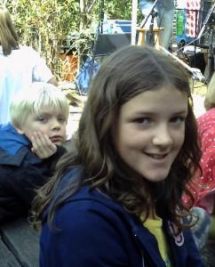 Junge und Mädchen lachen in die Kamera