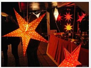 """Foto: Barbara (jorbasa) Weihnachten Weihnachtsmarkt Sterne Copy & Paste für Bildnachweis: Bildnachweis: """"Weihnachtsmarkt – christmas fair"""" von Barbara (jorbasa), CC BY ND - 5VIER"""