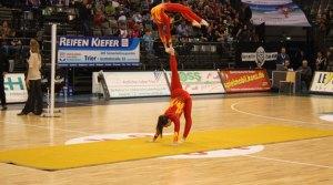 Während die TBB-Spieler pausierten, sorgte das Duo Evolution am 30. Oktober für akrobatische Einlagen (Foto: Sebastian Minas). - 5VIER
