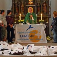 Weihbischof Jörg Michael Peters (Mitte) mit Jugendlichen und Priestern beim Gottesdienst in Kyllburg (Foto: Bistum Trier). - 5VIER