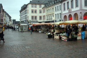 Auf dem Trierer Hauptmarkt wird heute gegen Gewalt an Frauen getanzt. - 5VIER