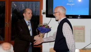 Marco Marzi (l.) bedankt sich bei Ulman Schulte für seine langjährige Vorstandsarbeit. Foto: Trimmelter SV - 5VIER