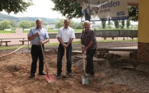 Der Vorsitzende der TSG Biewer, Otmar Catarius, SWT-Marketingleiter Johann Meyer und TSG-Bauleiter Leo Heid (v.l.n.r.) geben den offiziellen Startschuss für den Umbau. Foto: SWT - 5VIER