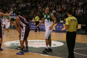 Maik Zirbes im Zwiegespräch mit dem Schiedsrichter. 5vier-Foto: Vinzenz Anton