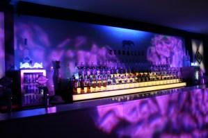 Eine gut bestückte Bar wartet im Club - 5VIER