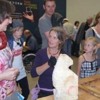 Werkform-Mitglied Gabriele Drangmeister (Drangmeister Schreinerwerkstatt, Wiltingen) im Landesmuseum beim Bildhauern in der Museumsnacht 2010. Foto: HWK/Knaack-Schweigstill - 5VIER