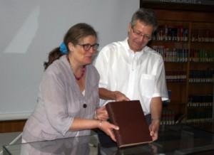 """Bürgermeisterin Angelika Birk und Bibliotheksleiter Embach präsentieren den """"neuen"""" Codex Egberti"""