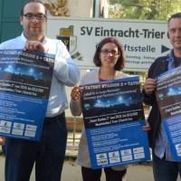 In der Anlage finden Sie ein Bild, auf dem Thomas Endres (links), Markus Ankerstein (rechts) und Eintracht-Geschäftsstellenleiterin Tanja Schäfer das offizielle Plakat zur Aktionswoche präsentieren. Bildnachweis: Eintracht Trier - 5VIER