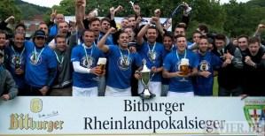 Eintracht Trier feiert den Gewinn des Rheinlandpokals 2013