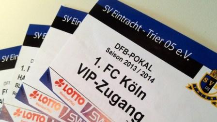 Die zwei VIP-Tickets (inkl. Haupttribünenkarten) liegen schon bereit und warten auf einen neuen Besitzer. Foto: 5vier.de