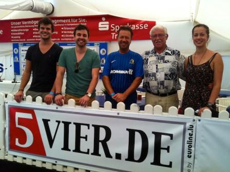 Die Gewinner der VIP-Karten bei der Partie Eintracht Trier gegen KSV Hessen Kassel im VIP-Zelt des Moselstadions. Foto: 5vier.de