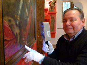 Der Restaurator Dimitri Bartashevich bei der Arbeit. © Stadtmuseum Simeonstift - 5VIER