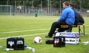 Trainer Kiefer schaut sich die Testspieler genau an. (Foto: Anna Lena Grasmück)