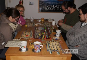 Vier Spieler überlegen Ihre Züge bei Russian Railroads.