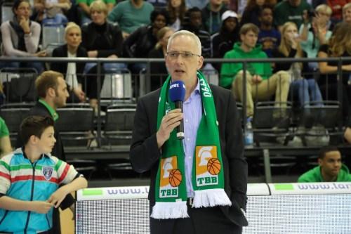 Bewegende Rede vor Spielbeginn: OB Wolfram Leibe erhielt Beifall für ein klares Bekenntnis zum Verein. Foto: Thewalt