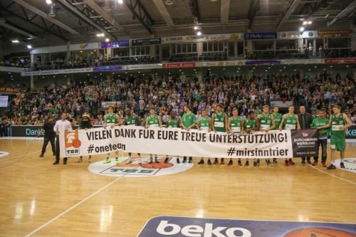 Für die große Unterstützung der Fans gab es nach Spielende nicht nur ein Transparent als Dank. Foto: Thewalt