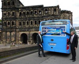 Der Elektrobus macht Halt vor Porta Nigra. Foto: SWT