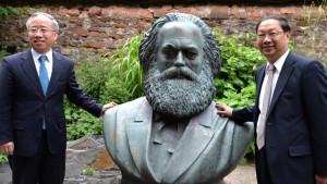 Im Garten des Karl-Marx-Hauses: Der Botschafter der Volksrepublik China, SHI Mindge (re) und der Generalkonsul der Volksrepublik China, LIANG Jianquan (li). Dazwischen: Karl Marx - eine Arbeit des DDR-Künstlers Fritz Cremer aus dem Jahr 1953.