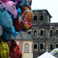 Am Hauptmarkt wurde offiziell eröffnet. 5vier.de hat noch eine Impression von der Porta Nigra eingefangen: dekoriert von Ballons von www.ballon-discount.de. 5vier.de dankt für die Zusammenarbeit und weiß, dass für das zufällige Entgleiten eines solchen Ballons keine Sondererlaubnis der Stadt notwendig sein wird (im Gegensatz zu den Ballons im 5vier.de-Film zur Eröffnung). Film/Fotos: C. Maisenbacher - 5VIER