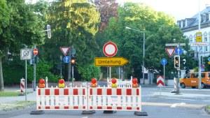 Klar und deutlich am Ende der Bruchhausenstraße: Umleitung nach rechts in Richtung Porta. - 5VIER