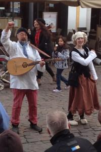 Dienstmagd Barbara und Bänkelsänger Andreas von Treberis lassen die spannende Geschichte Triers lebendig werden. © Christian Millen