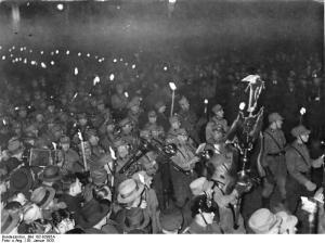 Der Fackelzug zu Ehren des neuen Reichskanzlers Adolf Hitler bewegt sich durch die Wilhelmstraße in Berlin am Abend des 30. Januar 1933. Foto: Bundesarchiv, Bild 102-02985A / CC-BY-SA