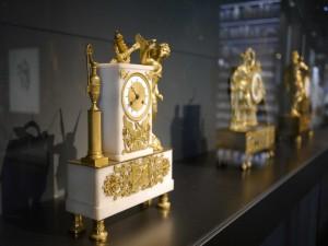 Abbildung: Die kostbaren Pendeluhren prägen für die nächsten Monate das Erscheinungsbild des Stifterkabinetts im Stadtmuseum Simeonstift. © Stadtmuseum Simeonstift