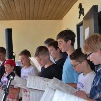 Die Knaben singen ein Ständchen. Foto: Trierer Sängerknaben - 5VIER