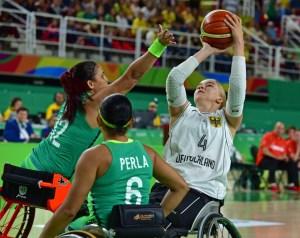 Mareike Miller (#4) im Duell gegen Lisa Martins (#12) und Perla Assuncao (#6), Foto: Andreas Joneck/DBS - 5VIER