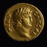 Zum letzten Mal der  Superstar  in unserem Programm: Kaiser Nero auf einer seiner Goldmünzen (Aufnahme: GDKE-Rheinisches Landesmuseum Trier, Thomas Zühmer)  - 5VIER