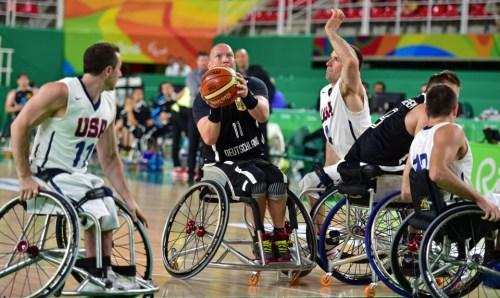 Dirk Passiwan (#11) gegen die beiden US-Boys Steve Serio (#11, links) und Joshua Turek (#4, rechts). Foto: Andreas Joneck/DBS