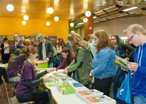 Mit Infoständen, in Vorträgen und bei persönlichen Beratungsgesprächen gibt die Universität Trier allen Interessierten einen Überblick über Studienmöglichkeiten.  - 5VIER