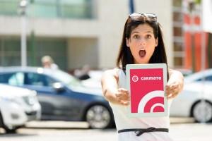 """Motiv 3 (Kundin): """"Carmato erleichtert seinen Kunden den Kauf und Verkauf von Gebrauchtfahrzeugen und Neuwangen mit dem ersten digitalen Automarkt. Von der Autosuche mit künstlicher Intelligenz bis zum Online-Kauf per Klick."""" - 5VIER"""