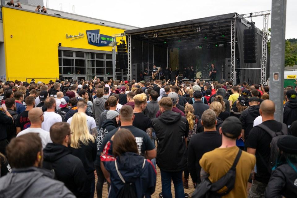 Menschenmenge während des Auftritts von For the Fallen Dreams auf dem Summerblast 2019.