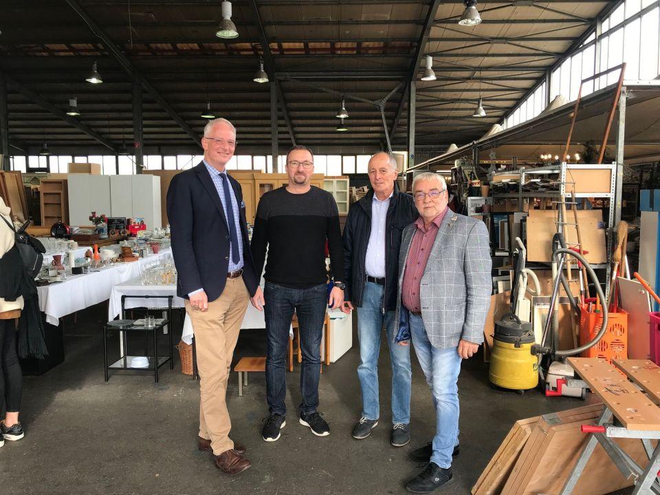 Auf dem Foto ist von links nach rechts die neue Leitung der AWO Möbelbörse mit dem Oberbürgermeister: OB Wolfram Leibe, Michael Tobschall, Jürgen Gösel und Detlef Schieben. Foto: AWO e.V.